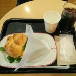カフェ・ベローチェ - カイザーサンド スクランブルエッグ・ベーコンとアイスコーヒーのセット