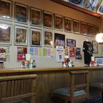 いろは食堂 - 店内の壁装飾は祭り祭りワッショイ