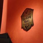 96573778 - 紅い壁に金のロゴが冴えます
