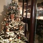 96576034 - お店入口にはクリスマスツリーが♡