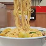 日高屋 - モツ野菜ラーメン610円麺アップ