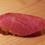 96580439 - (17)中トロ(北海道戸井産・10日寝かせ)                       流石に魚体が大きくなり、脂のりの良い中トロでした。                       特に今回は本鮪らしい酸味がハッキリと感じられ、脂の旨みと薫りが引き立ちます。