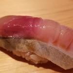96580443 - (19)真鯖(韓国済州島産・市場に出ないもの)                       産卵期は春~初夏、旬は秋~冬                       サシの入った身は柔らかくも弾力があり、脂のりが濃厚でコクのある旨みが押し寄せてきます。