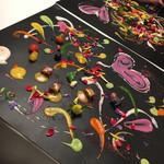 """96598481 - ●""""雅 友禅"""" ニース 本マグロ 本マグロ・スナップエンドウ・パプリカなどの野菜がガラスの器に入って登場。 そして15種類の色とりどりの野菜のソース。大きな防水シートがお皿がわり。 目の前で、野菜のソースで絵を描いていってくれます。楽しい。 最後にバラの花びらをちりまめて、サラダの完成。ソースはそれぞれの野菜の旨みがありました。"""
