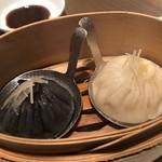 中国料理 吉珍樓 - 小籠包二種 小籠包、黒胡麻を練り込んだ小籠包