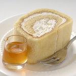 天現寺カフェ - 砂糖を使用せずはちみつだけで甘みを出しているローザンヌのはちみつロールケーキ、お好みで蜂蜜をかけてお召し上がり下さい。