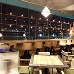 Cafe&dining blue terminal - カウンター席の向こうに氷川丸のイルミネーション