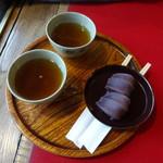 96608407 - 通常お茶は1杯だが、2人と言ったらお茶と箸を2組出してくれる、この心配り。