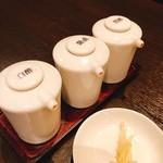 京鼎樓 - 小籠包付属の白酢、醤油、黒酢、針生姜