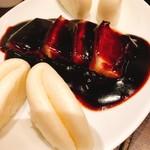 京鼎樓 - 中国漬菜入り角煮 蒸しパン添え