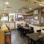 鰻将本店 - 広々とした店内です。カウンターのお席とテーブルのお席がございます。