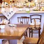 タイニー トリア アフタヌーンティー&カフェ - カウンターにはケーキや焼き菓子がいっぱい。 厨房も広くなりました。