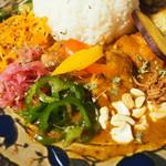 96620265 - スパイシーチキンカリィ(辛い、ライス大)の副菜