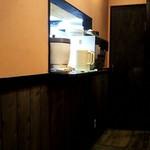 インドカレーmini - 店内のイートインスペースにある。お冷