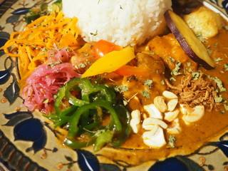 Mikazuki Curry SAMURAI. 下北沢店 - スパイシーチキンカリィ(辛い、ライス大)の副菜