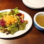 ピッツェリア チーロ - 意外と葉がしっかりしてるサラダ。スープは濃厚動物系。