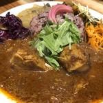 クボカリー - ◆クボカリープレート(1080円:税込)・・こちらは水菜をトッピング。 「スパイシーチキンカレー」「とり軟骨ネギ炙りキーマ」「サンバル(南インドの豆と野菜のカレー)」のあいがけ。
