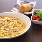 Cafe Beetle - カルボナーラ[パン、サラダ付]900円
