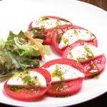 Katsu - トマトとモッツアレラチーズのサラダ