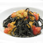 グストーソ 銀座 - ウニとフレッシュトマトチンザノ風味 イカ墨を練り込んだタリオリーニ