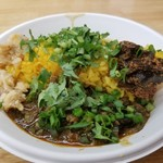 SPICY CURRY 魯珈 - 黒胡麻坦々咖喱+搾菜のウプマと牛バラ中華咖喱 +木耳アチャールのあいがけカレー