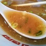 96652327 - いつまでも冷めない熱々スープ(辛子高菜を溶いた後)にはコラーゲンたっぷりの脂が