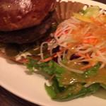 96656878 - ハンバーガー+グリルオニオン+ハラペーニョ&国産野菜サラダ