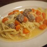 イタリア食堂 サルディーナ - サルシッチャと北海道産人参の煮込みオイルベースのフェットチーネ