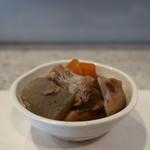魚河岸料理 尋 - お通しの中落ち、蓮根、蒟蒻、人参の煮物