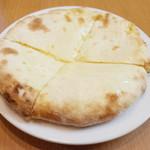 やっぱりインディア - チーズクルチャ(320円)