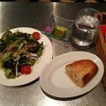96670415 - グリーンサラダには、玉葱風味のコクのある手作り風ドレッシングが