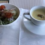 96671199 - セットのスープとサラダ