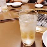 焼肉 又来家 - 乾杯の杏露酒のソーダ割り。