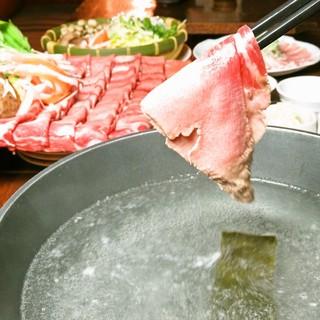 名物の牛タンしゃぶしゃぶはじめ、拘りの鍋が多数
