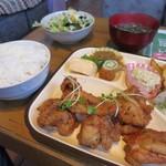 南風亭 - みそ汁とサラダを取ってきて唐揚げ定食に、+50円でライス大盛りにしています