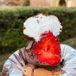 オザワ洋菓子店 - カプッと一口食べるとイチゴがひょっこり♫ 食べかけの写真でスミマセン(^_^;)イチゴが見せたくて〜