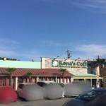 コナズ珈琲 - 雰囲気の良い外観。広々とした駐車場ですが車でいっぱいです。