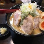 麺処 花田 - 味玉味噌チャーシュー 隣はニンニク増しのニンニク