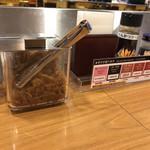 カツカレー専門店 新宿カレー  - 卓上の福神漬ととんかつソース
