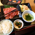 牛庵 - 黒毛和牛焼肉ランチ150g(¥1717) ランチは千円以下からあり、どれもごはんはおかわり自由、ドリンクバー付き。種類も豊富でなかなかに使い勝手が良いと思う。