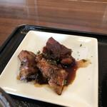 洋食や シェ・ノブ - チキン照り焼きは甘辛い濃い目の味付けで飯友としてバッチグーなナイスガイでありました。