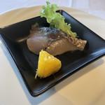 ラ・メール ザ クラシック - アミューズの地物の鯖の昆布〆、軽くスモークかな?