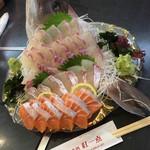 湯茶寮マルト - 料理写真:真鯛刺身におまけサーモン