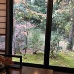 山の飯 沙羅 - 室内からの庭