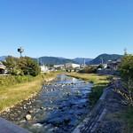 大津屋 - 大津屋さんの目の前の阿木川の風景