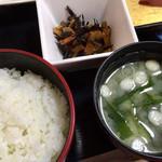 銀泉 - ご飯、ネギ・ワカメ・豆腐の味噌汁、ひじき煮物