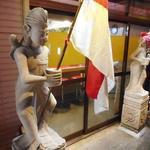 ミッドナイトヌードル ジャカルタラーメン  - 入口前の像