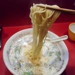 ミッドナイトヌードル ジャカルタラーメン  - 麺リフトアップ
