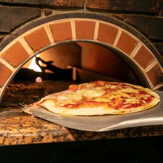 生地から作る自家製の窯焼きピザ!