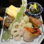 96730977 - 伏見唐辛子と銀杏の天ぷら.....八幡巻き.....出汁巻き玉子.....カニと菊菜のおひたし.....けんちん.....キンメダイの焼き物.....